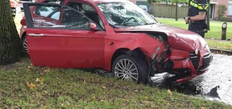Auto knalt tegen boom in Vriezenveen, één persoon gewond