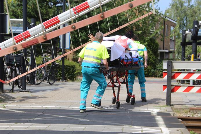 De hulpverleners moesten opschieten om op tijd over het spoor te geraken.
