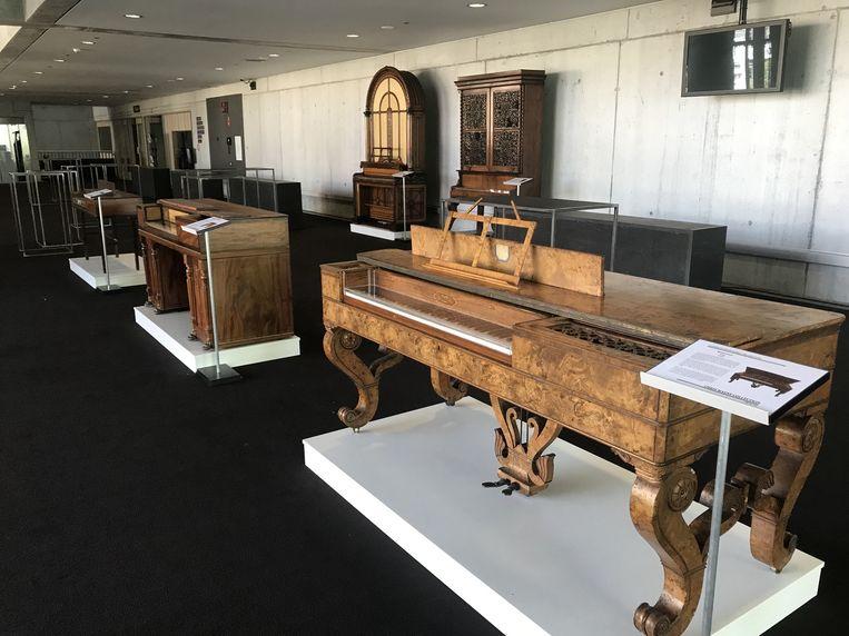 De exotische piano's van Chris Maene veroveren het concertgebouw van Brugge.