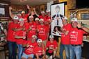 Enkele leden van Supportersclub Cees Bol poseren fier in supporterslokaal 't Toreke te Bouwel bij het shirt van hun wielerheld