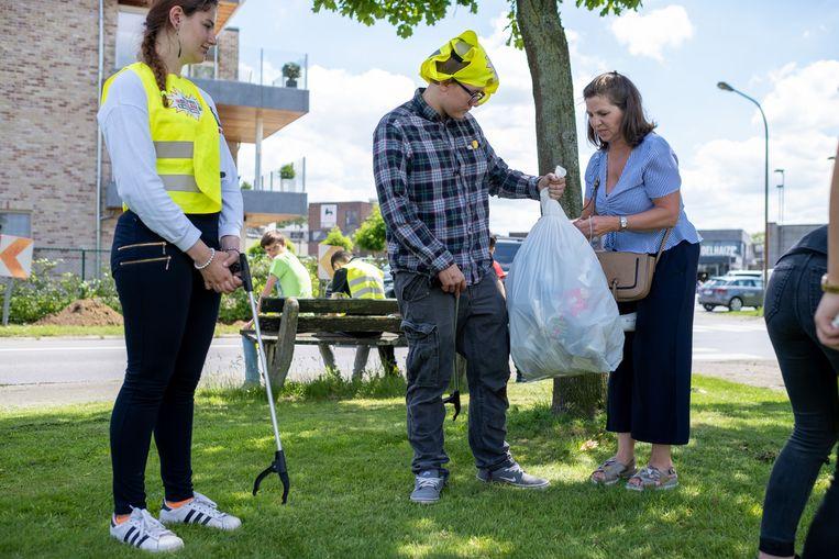 Leerlingen GO! atheneum Willebroek ruimen de straten in Willebroek