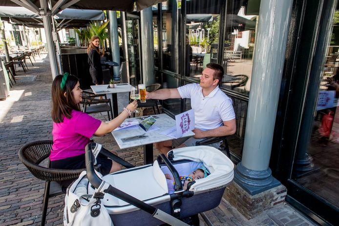 De eerste gasten bij restaurant Spot in Tiel waren Madelinn en Kevin Tolsma, samen met hun dochtertje Elyse.