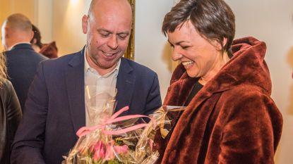 Gemeenteraad zwaait Sandra De Roeck uit: sp.a-collega's zetten haar in de bloemtjes