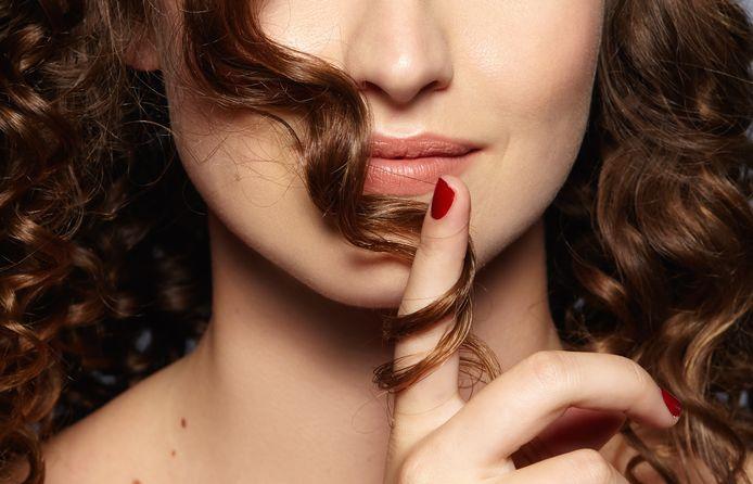 Haardraaien kan je vergelijken met een tic zoals nagelbijten.