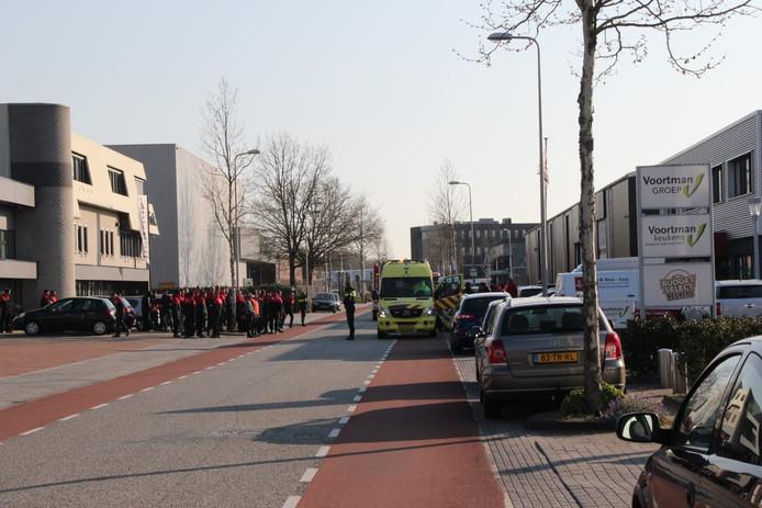 Bezorgers wachten op straat en worden onderzocht in de ambulance