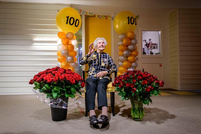 De 100 jarige mevrouw Bruins-Zijsveld uit Enschede.