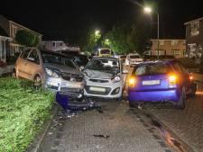 Ravage in woonwijk op Urk nadat man inrijdt op geparkeerde auto's