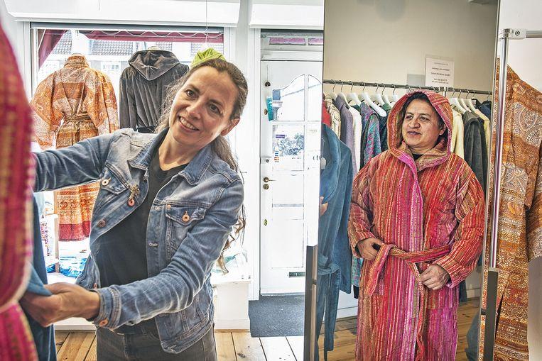 Monique Schuchart in De Badjassenwinkel: 'De monowinkel is onze passie, maar het is ook een behoorlijke worsteling. Als ondernemer ben je altijd met je zaak bezig.' Beeld Guus Dubbelman/de Volkskrant