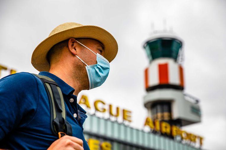 Een reiziger op Rotterdam The Hague Airport.  Beeld ANP
