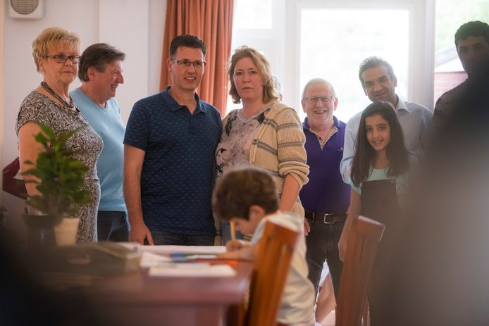 Karin en Eric Rentmeester te midden van deelnemers aan een van hun activiteiten in het Inloophuis van Oisterwijk
