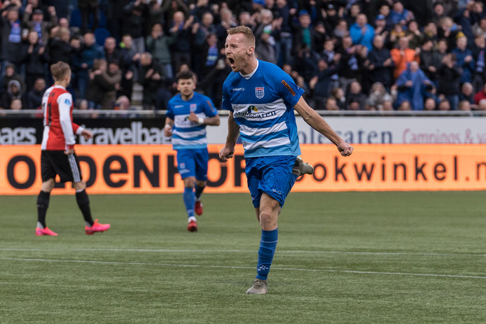 Mike van Duinen schreeuwt het uit nadat hij PEC Zwolle, met zijn 50ste eredivisietreffer, op een 2-0 voorsprong heeft gezet tegen Feyenoord. De rake pegel leverde wel een mijlpaal, maar geen resultaat op (3-4).