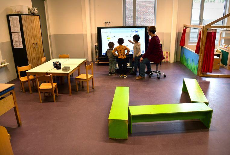 Bij de kleuters is de klas op deze school in Eindhoven behoorlijk uitgedund vanwege de maatregelen tegen het coronavirus Beeld Marcel van den Bergh / de Volkskrant