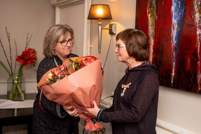 """Burgemeester Ellen Nauta heeft zojuist een koninklijke onderscheiding uitgereikt aan Pietie Krabbendam: """"U heeft het hart op de goede plek."""""""