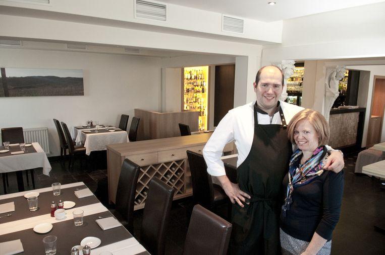 """Paul-Henri Cuvelier en Inge Allegaert in hun zaal: """"Deze erkenning zet ons op de culinaire kaart."""""""