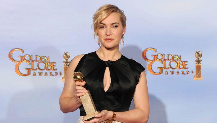 Kate Winslet poseert met de Golden Globe die ze ontving vanwege haar rol in 'Mildred Pierce'. Beeld getty