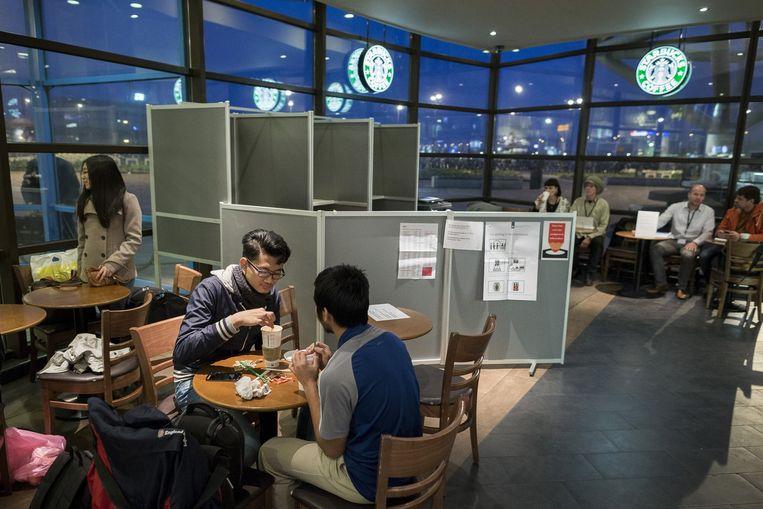 Stemhokje in de Starbucks op Sloterdijk Beeld Rink Hof