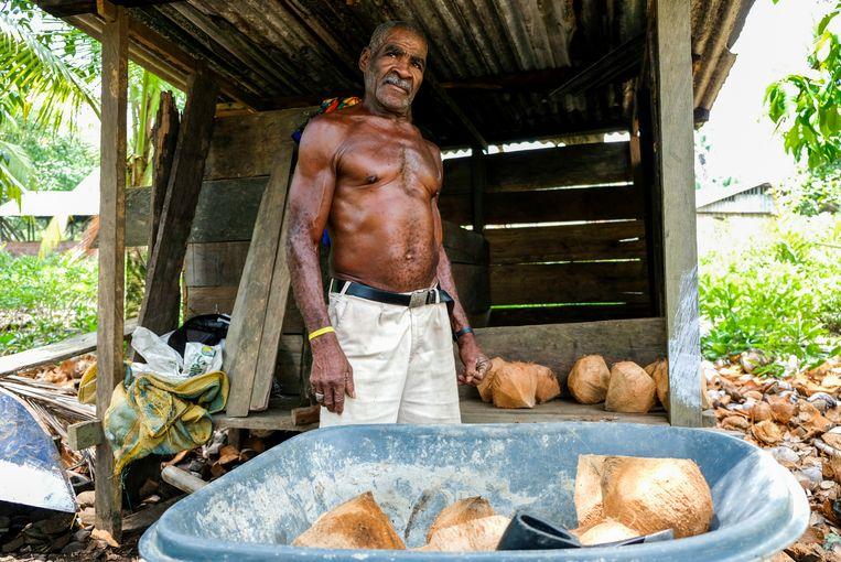 Eliaza Mosquera is 70 jaar maar velt nog steeds 12 kokosnoten per uur. Beeld Ynske Boersma