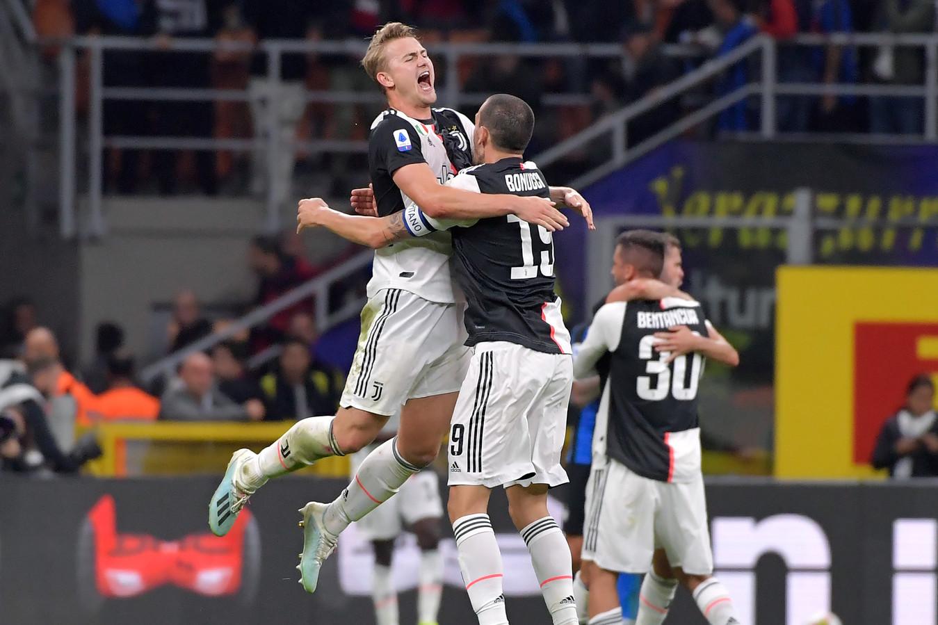 Matthijs de Ligt springt in de armen van Juventus-captain Leonardo Bonucci na de zege op Internazionale afgelopen zondag.