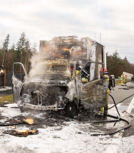Vrachtwagen vliegt in lichterlaaie op snelweg