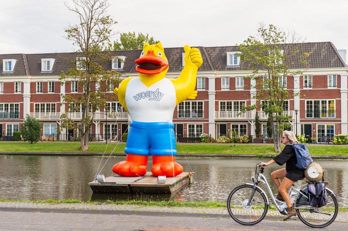 Mascotte Woerdy, in de vijver tegenover het Excercitieveld, wijst passanten op de komende Woerdense Vakantieweek.