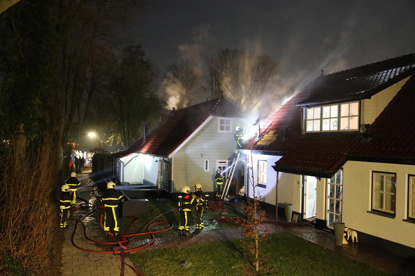 De brand in de woning aan de Voorstraat in Almkerk waarbij veel rook vrij kwam.