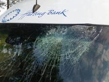 Bestuurder bestelbus opgeschrikt door stuk hout door z'n raam op A32