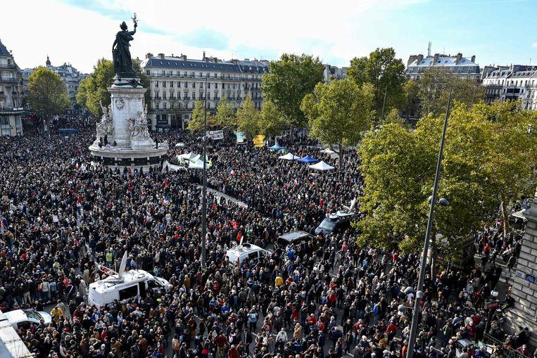 Duizenden mensen op de Place de la Republique in Parijs tijdens een demonstratie na de moord op de leraar Samuel Paty.  Beeld AFP