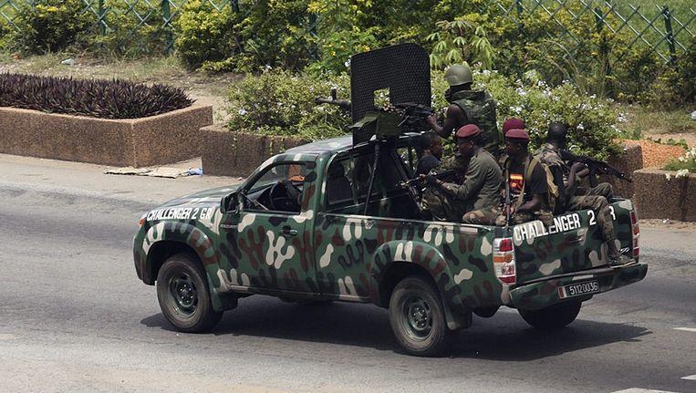Strijders die Gbagbo steunen in de straten van Abidjan in April 2011. Beeld ANP