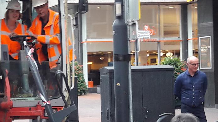 Wethouder Monique List gaf het startsein voor het werk aan de Vestdijk in Eindhoven door een fietsenrek uit de grond te trekken.
