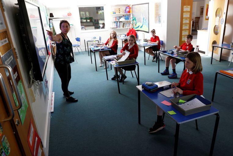 Kinderen krijgen les in een aangepast klaslokaal.  Beeld REUTERS