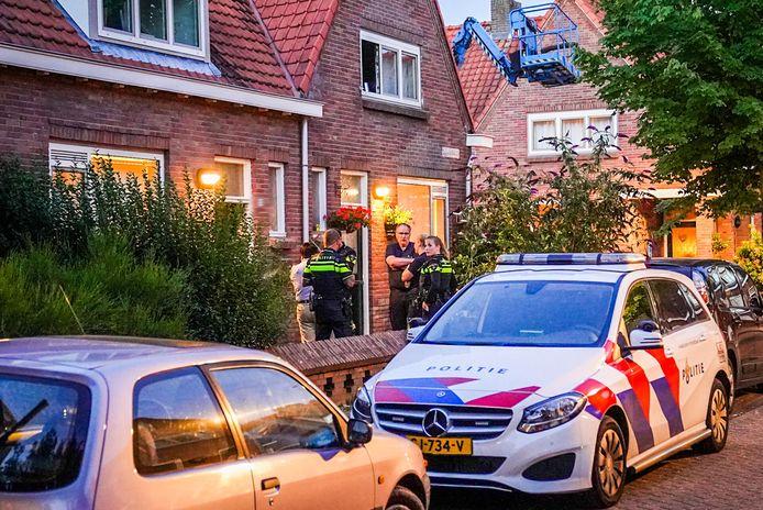 Politie bij de woning van de Eindhovense op de avond dat haar huisgenoot (57) dood werd aangetroffen.