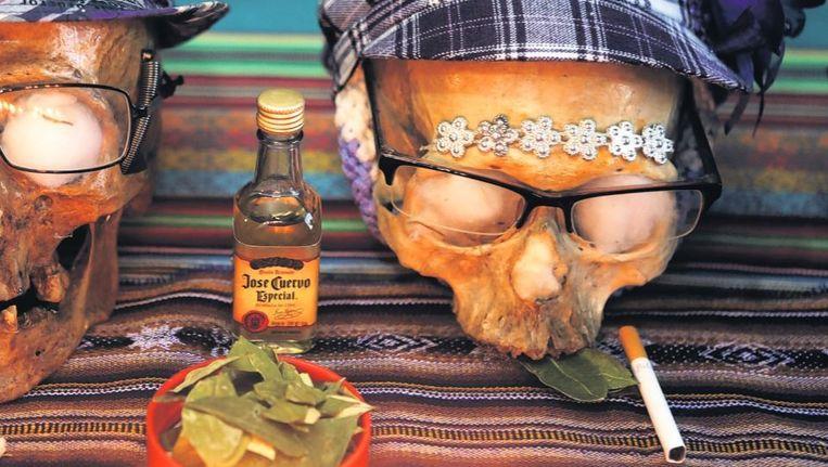 Sigaretten voor de doden bij de 'Dag van de Schedels' in Bolivia, waar de doden worden herdacht door hun schedels te versieren. Beeld reuters