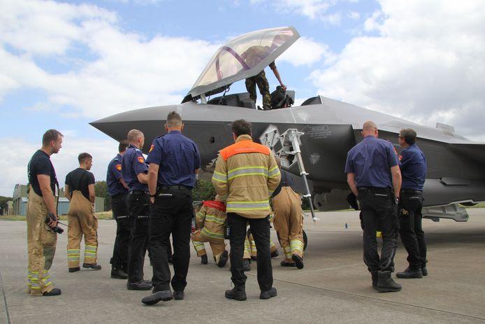 De F-35, het paradepaardje van de Koninklijke Luchtmacht, is twee dagen op en boven Volkel te zien. Grondpersoneel en brandweer worden bijgepraat.