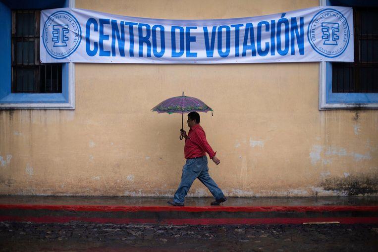 Een man loopt naar een stembureau in Antigua, Guatemala.