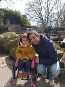 Vader Bram Verbrugge met zijn dochter Sara.