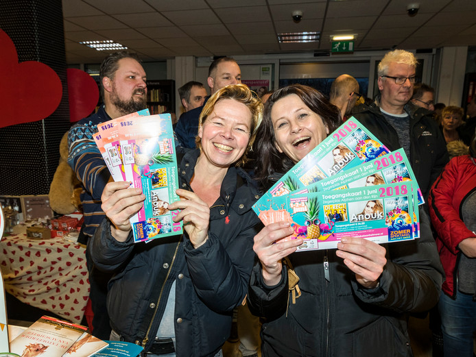 Honderden mensen staan zaterdag al vroeg in de rij voor Boekhandel Haasbeek op de Herenhof om kaartjes te bemachtigen voor het Zomerspektakel 2018. José de Vlieger (l) en Wendy Leijtens staan al vanaf 6 uur zaterdagmorgen voor de deur.
