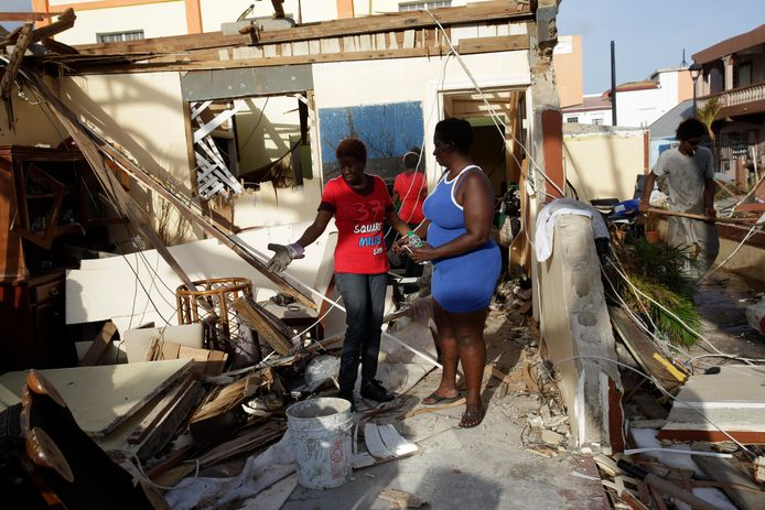 Bewoners op het door orkaan Irma getroffen eiland Sint Maarten proberen de draad weer op te pakken.