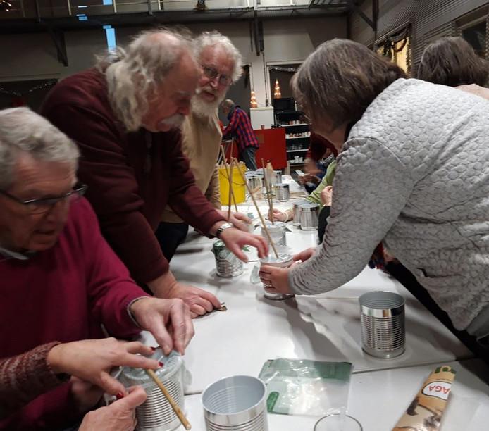Zaterdagochtend werden rommelpotten gemaakt die tot in de jaren '50 in Tilburg werden gebruikt. Het stokje moet recht staan en dat was soms een kunst.