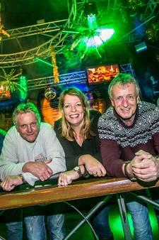 Dansen op tafel bij feest Naaldwijkse Oranjevereniging met Vengaboys