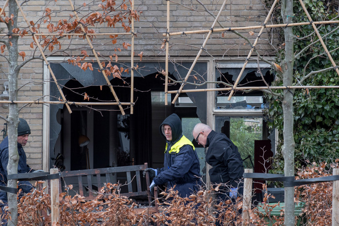 Forensische onderzoekers stellen sporen veilig na een aanslag op een woning aan de Van Altenastraat in Tiel. Op de brandbommen zijn bruikbare sporen gevonden, blijkt nu.