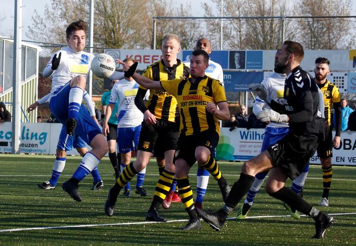 Hoek verloor zaterdag op eigen veld van DVS'33 (1-2) en treedt zaterdagmiddag in Amsterdam aan tegen Ajax.