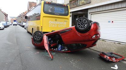 Gekneld na buiteling tegen schoolbus