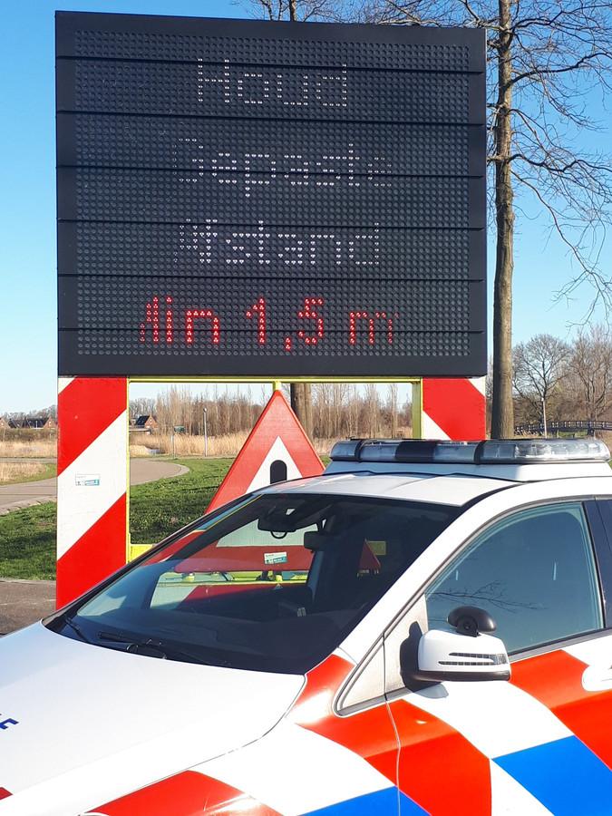 Let op de onderlinge afstand van anderhalve meter. Op drukbezochte plaatsen zet de politie tekstkarren neer.