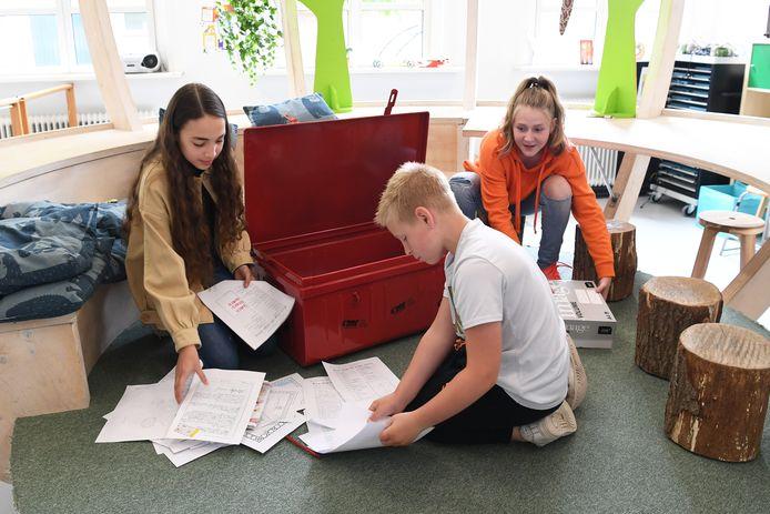 Bij basisschool Cleijn Hasselt wordt de capsule gevuld die naar het museum gaat