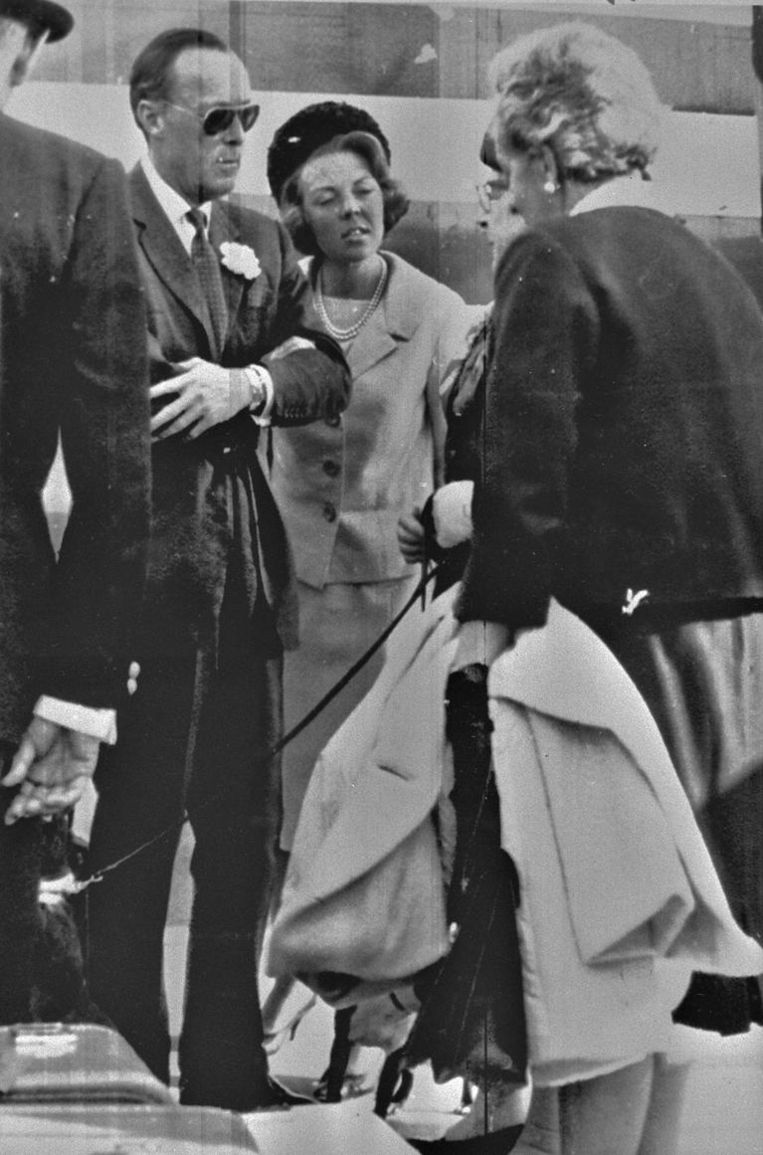 Prins Bernhard en prinses Beatrix begroeten in 1965 enkele deelnemers aan de conferentie op het vliegveld van Milaan Beeld