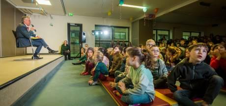 Ervaren opa Jorritsma leest voor op school De Korenaar in Eindhoven