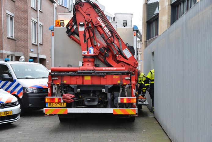 De politie doet onderzoek naar een kluis die werd aangetroffen. Woensdag lukte het de brandweer om deze open te maken.