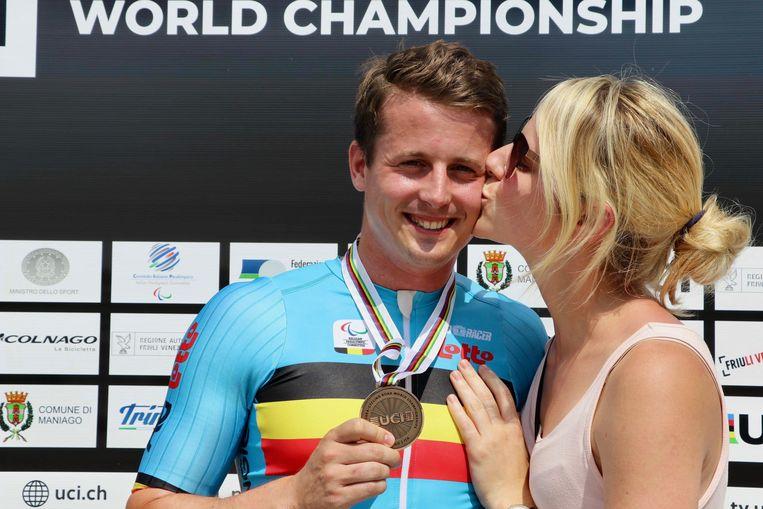 Louis Clincke krijgt van zijn vrouw Lien een klinkende zoen op het podium van het WK paracycling, vorige zomer.