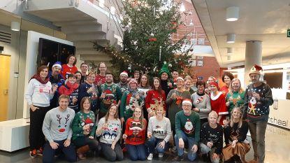 Gemeentepersoneel trekt foute kersttruien aan voor groepsfoto