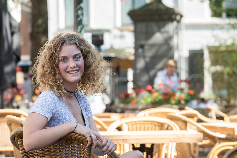 Julie Bruning (18) werkt als vrijwilligster van het Rode Kruis bij de coronateststraat in Breda.